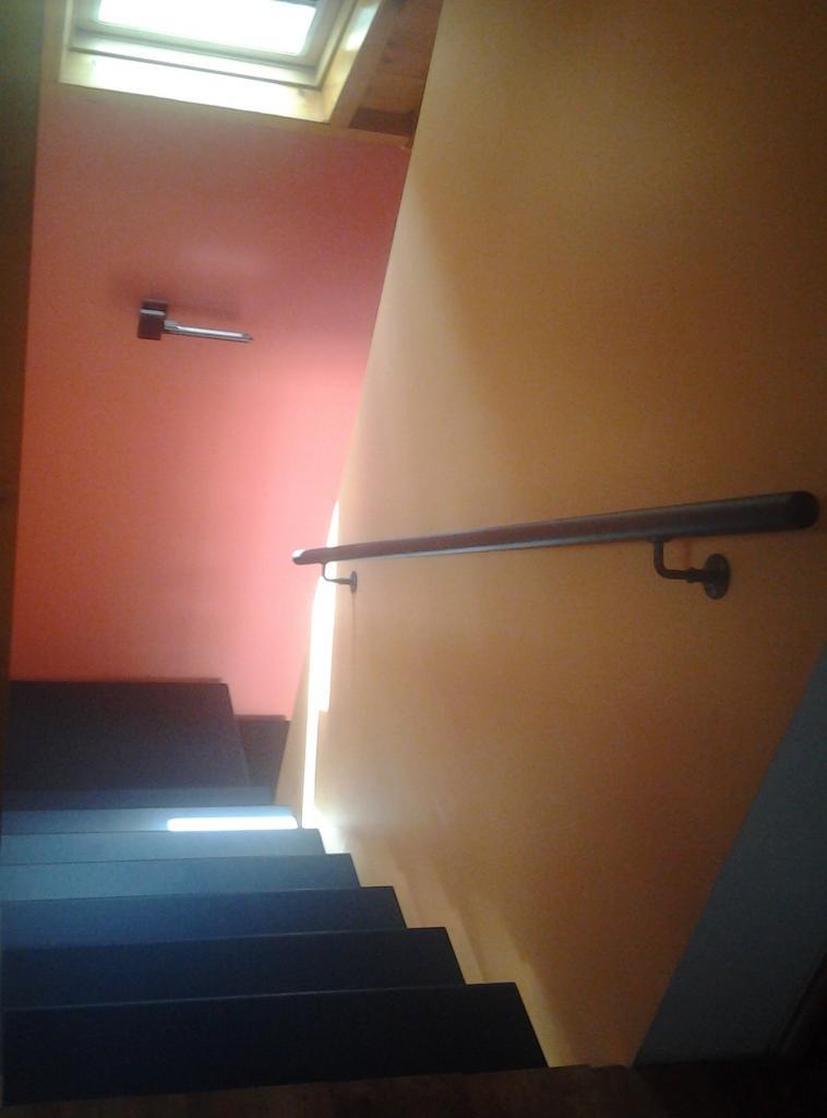 Main courante murale dans un escalier