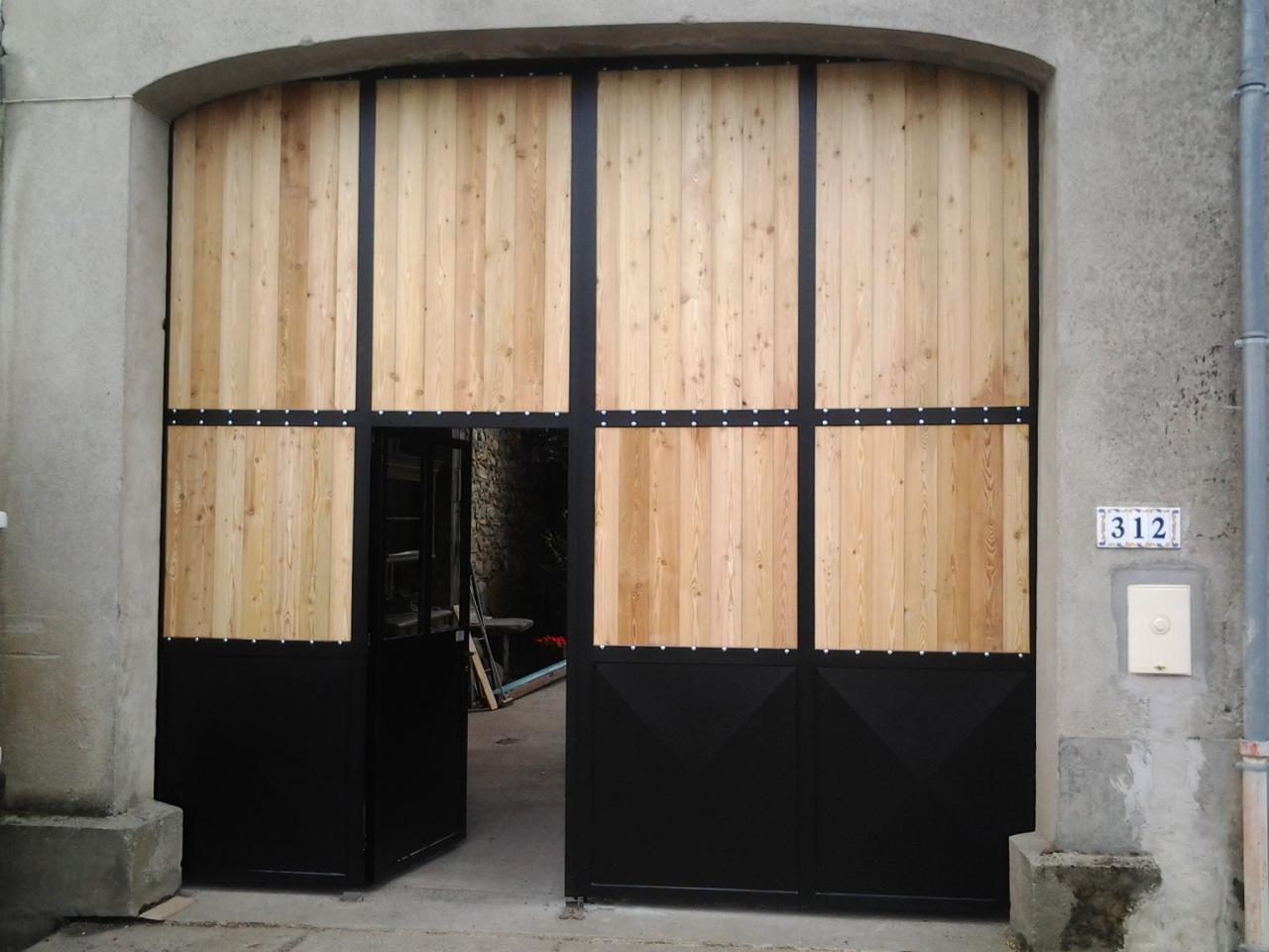 Portail entrée de porche en fer et bois avec porte