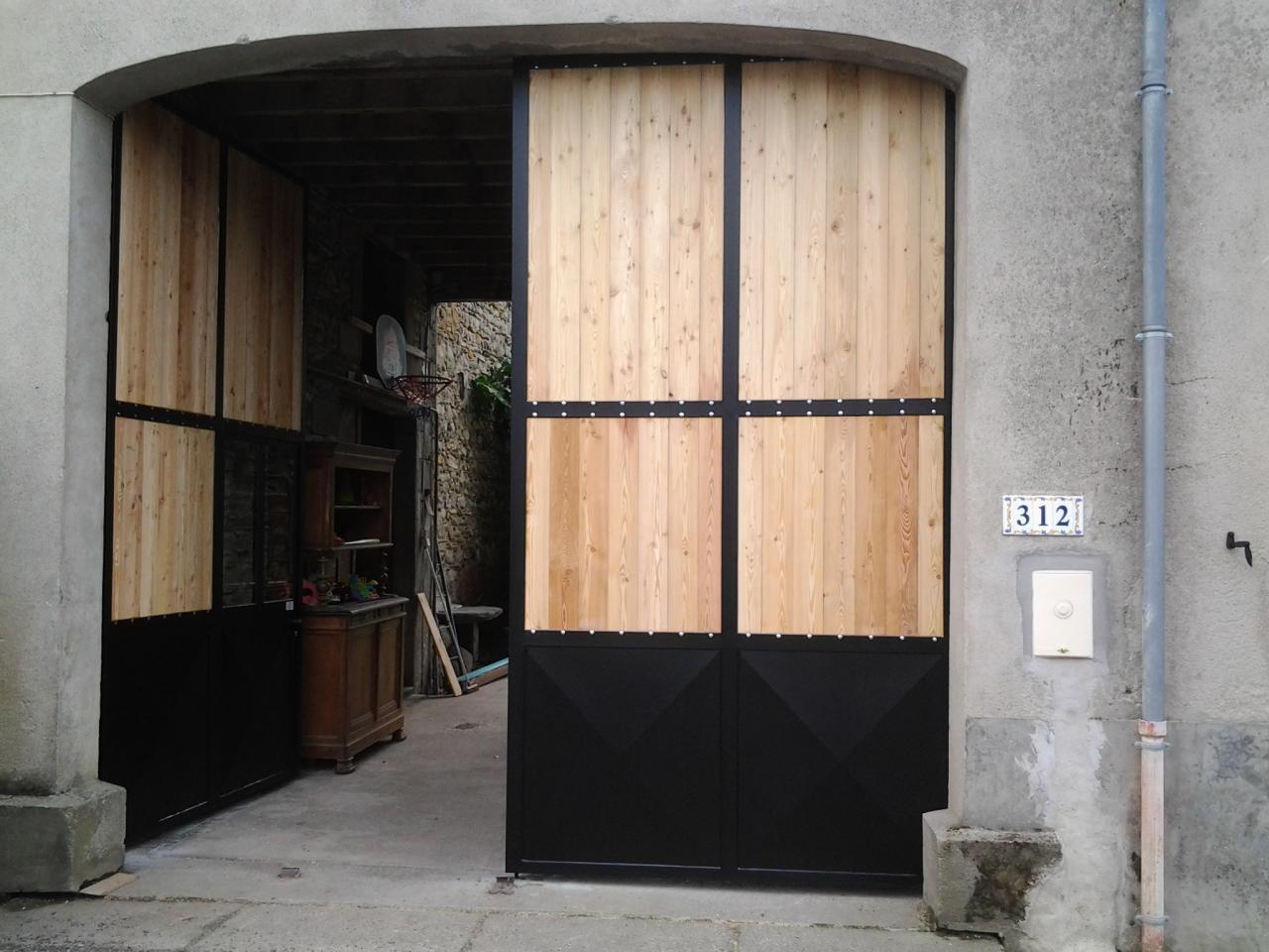Portail entrée de porche en fer et bois un vantail ouvert