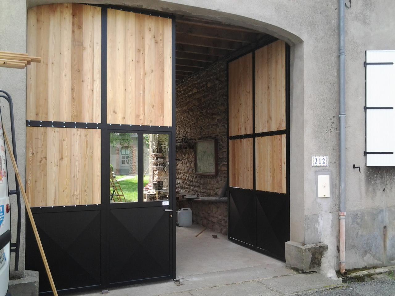 Portail entrée de porche en fer et bois avec un vantail ouvert