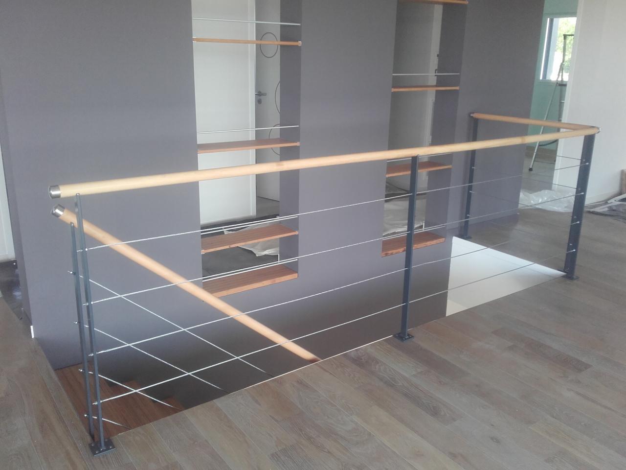 Garde-corps câbles tendus assortis à l'escalier