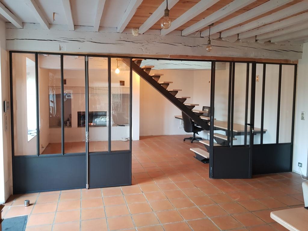 Escalier avec marches en bois et verrière
