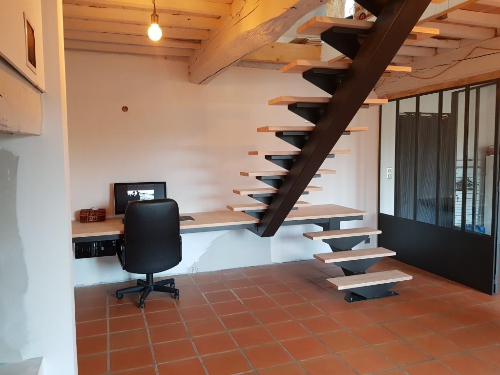 Escalier en fer avec marches en bois