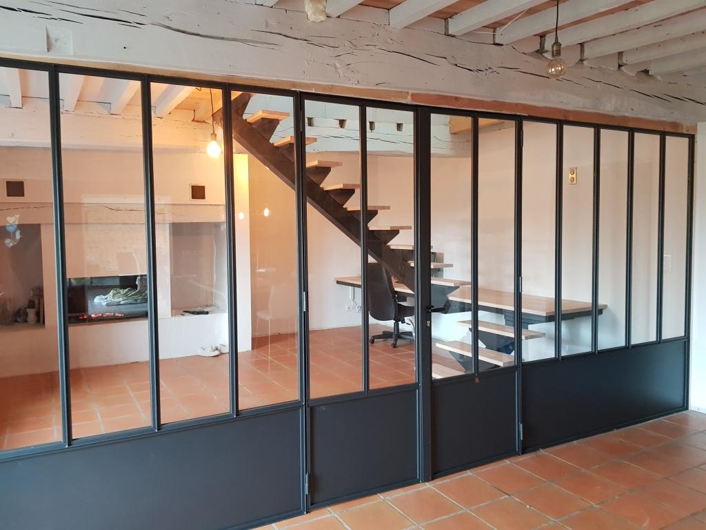 Escalier limon central en fer avec marches en bois