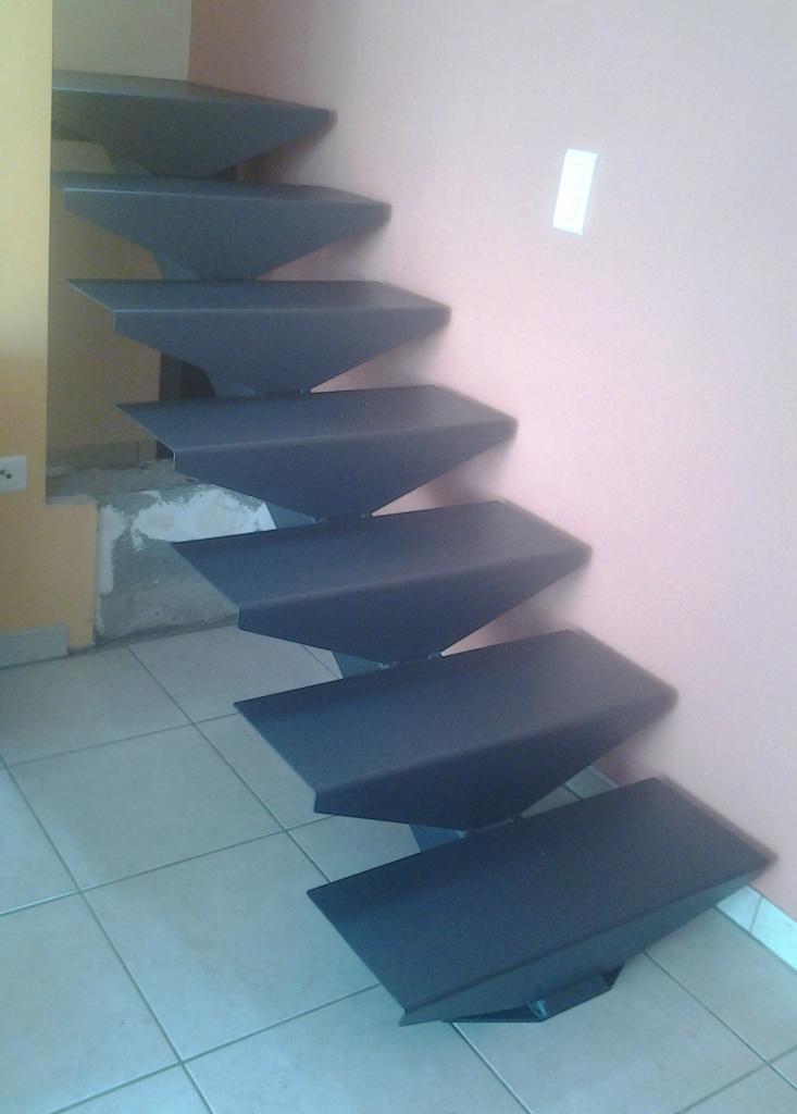Escalier avec limon central, marches en acier et main courante