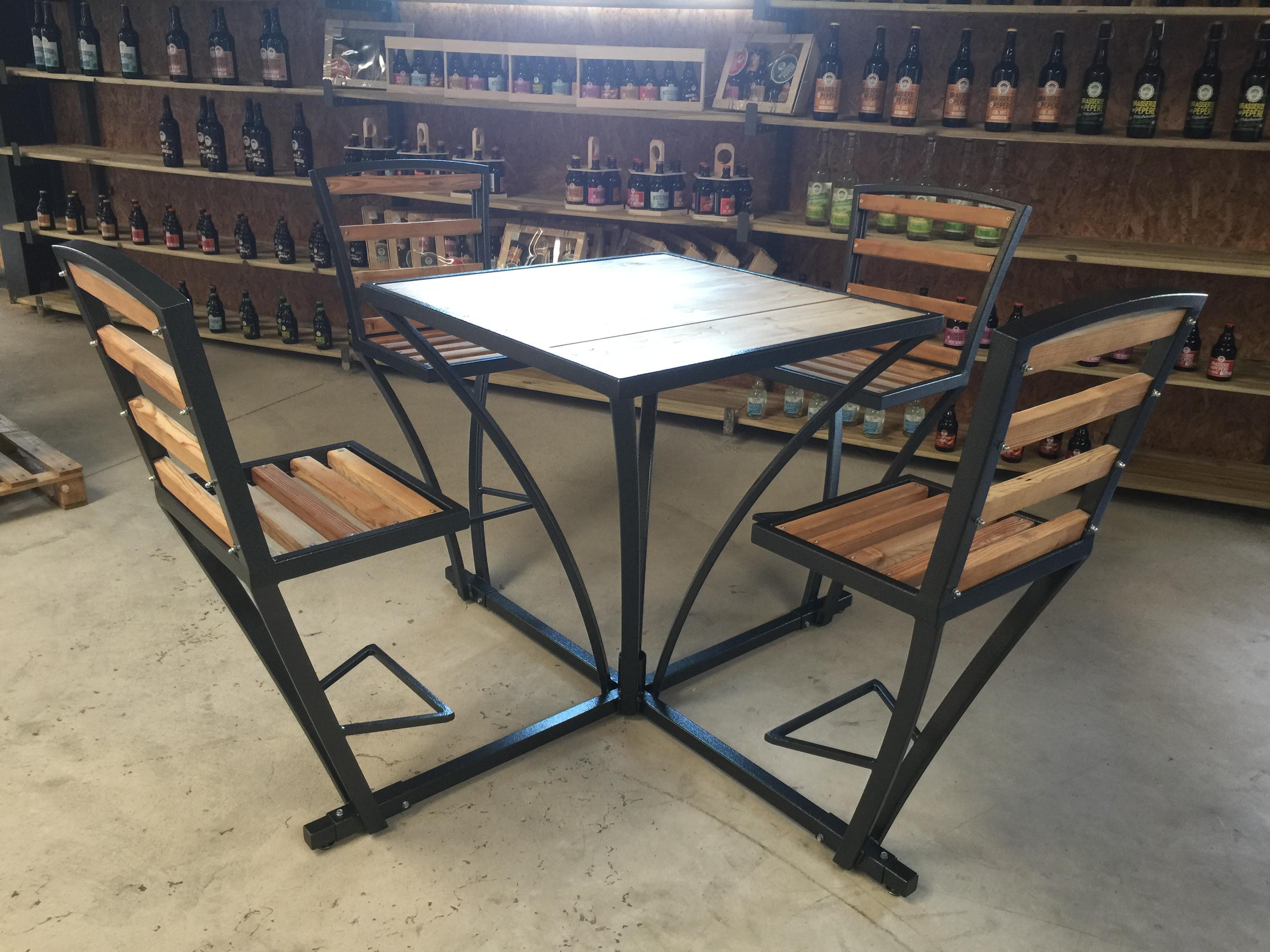 Table en métal et plateau bois avec ses 4 chaises accrochées