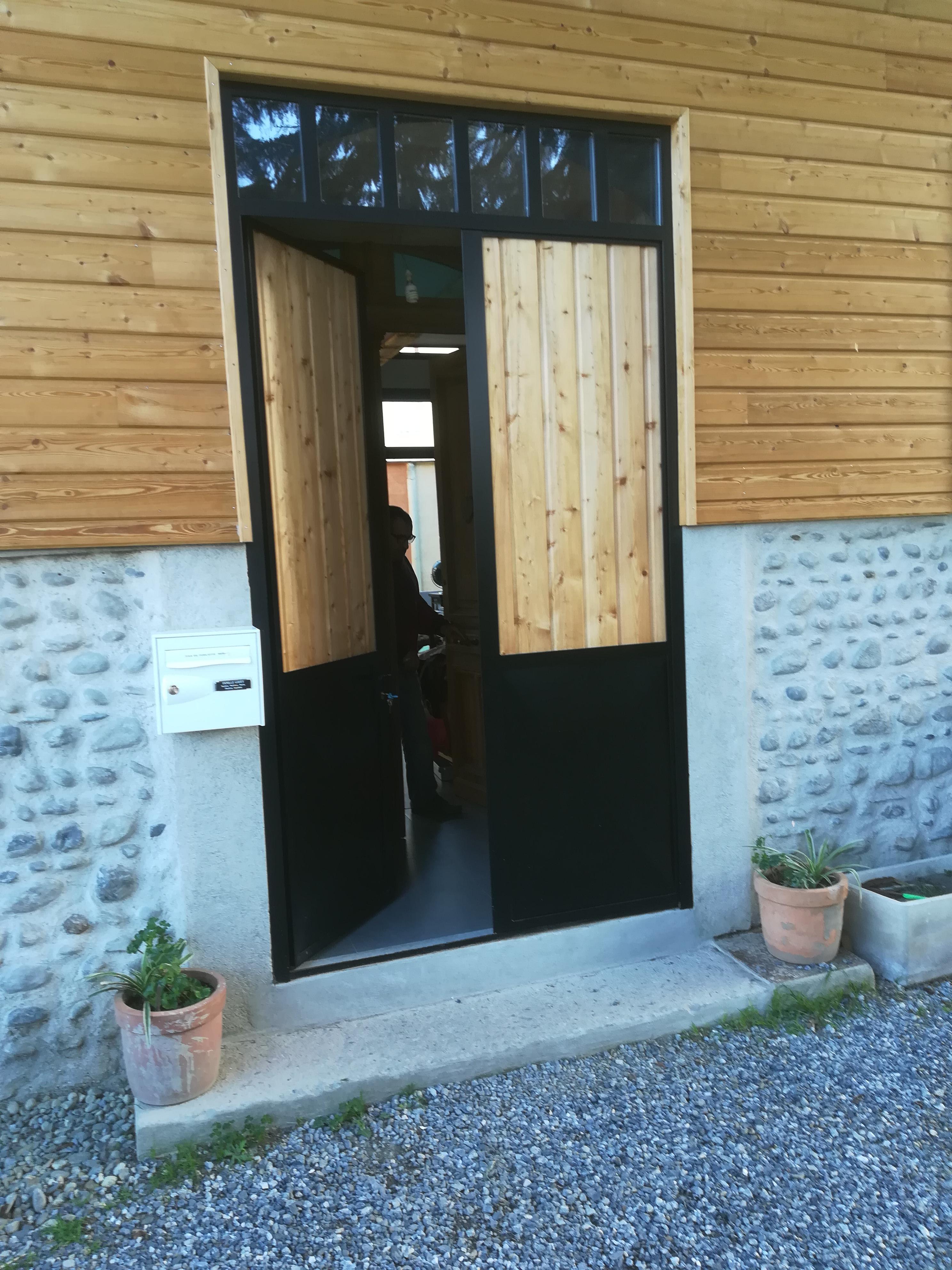 Porte d'entrée isolée en fer, bois et verre