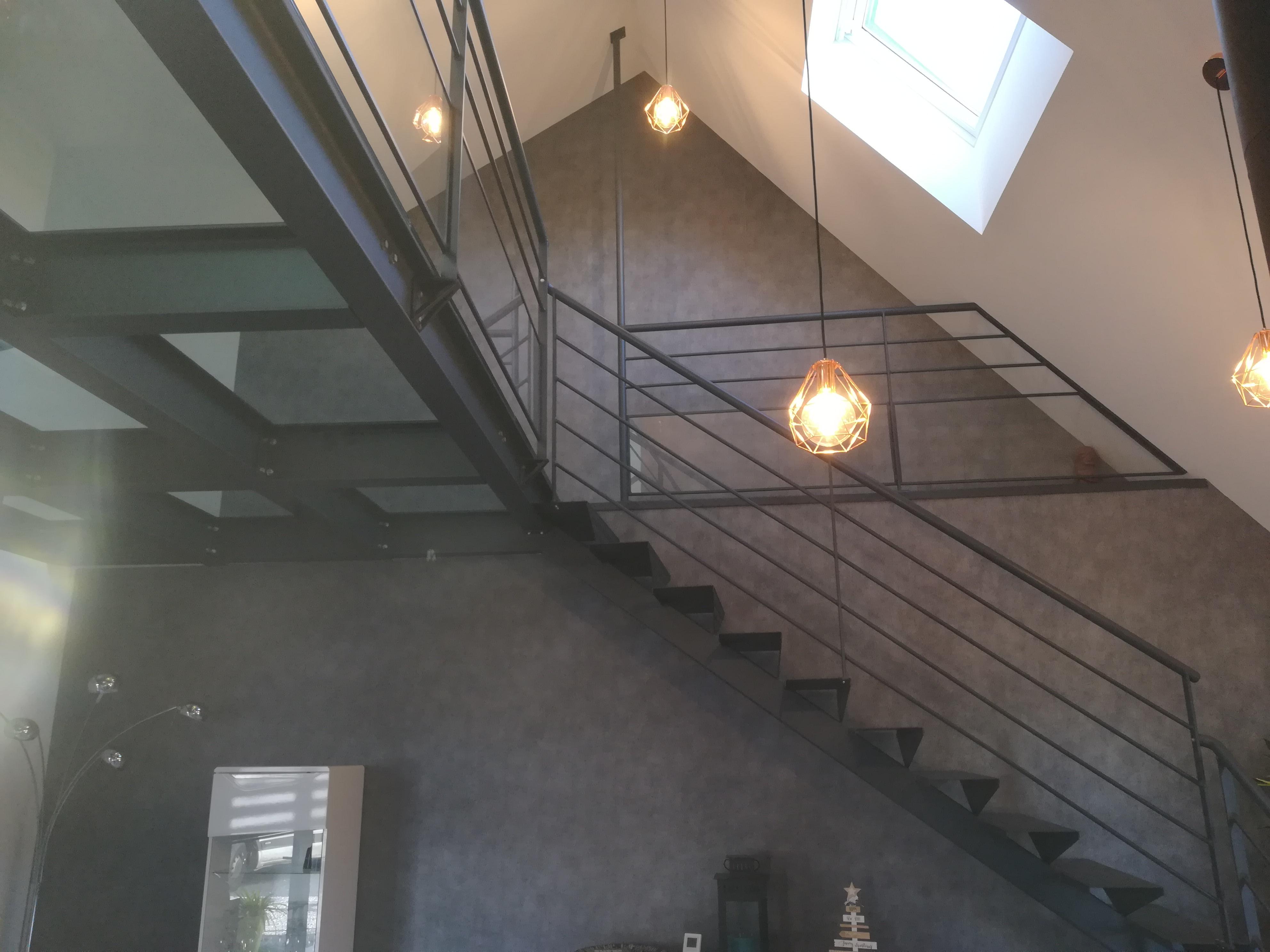 Escalier tout en fer avec mezzanine en fer et pavés de verre