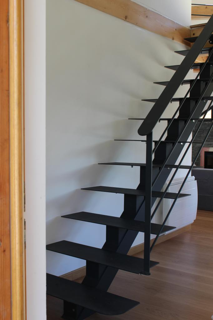Escalier limon central marches tôles acier planes