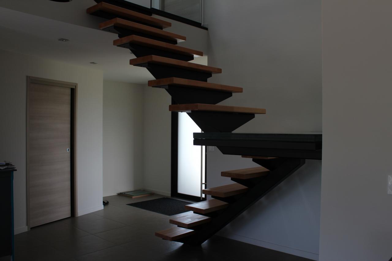 Escalier limon central en fer, marches en bois