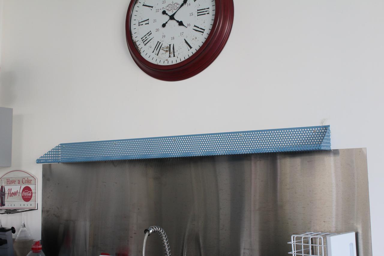 Etagère sèche verres en tôles perforées