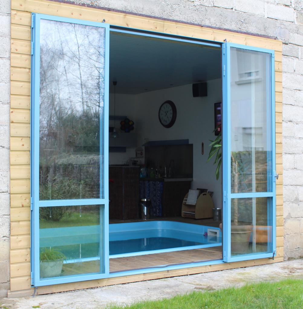 Menuiserie en acier double vitrage avec portes ouvertes