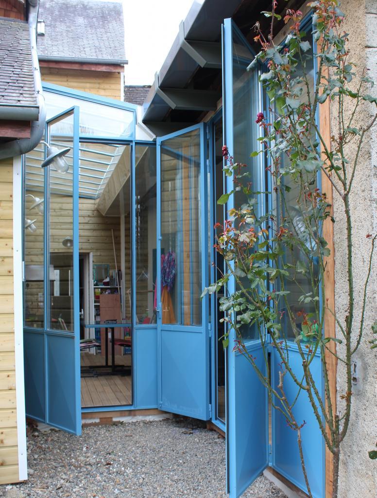 Verrière en acier double vitrage avec portes ouvertes