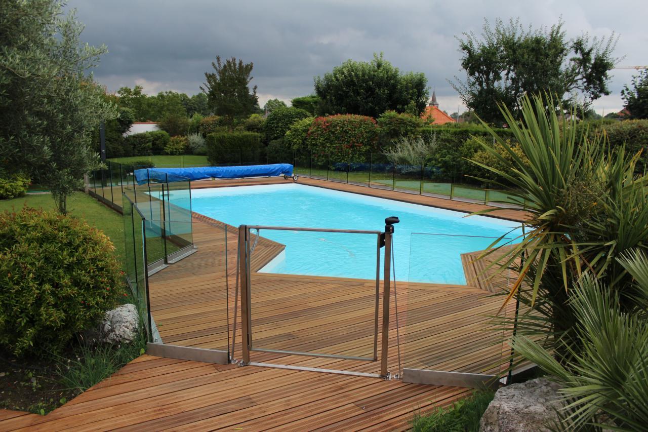 Garde-corps (clôture) en verre pour piscine.